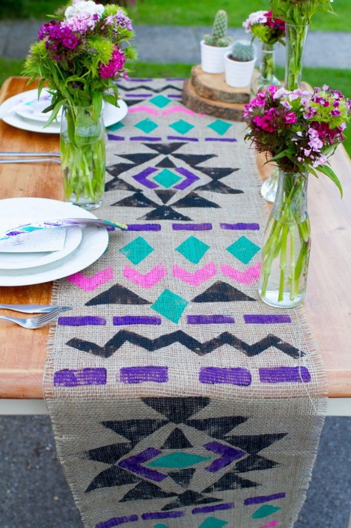 bonita mesa en el jardín decorada con mucho encanto, floreros de vidrio y cubierta en colores
