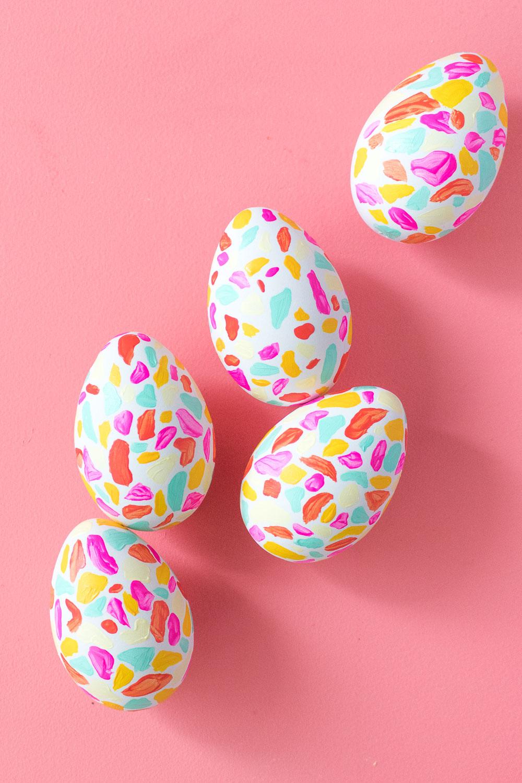 los mejores ejemplos de huevos de pascua decorados, pintar huevos para decorar la casas
