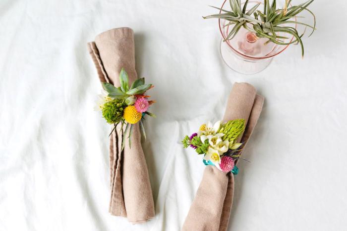 decoracion mesa original y bonita, servilletas con flores decorativas, como decorar una mesa