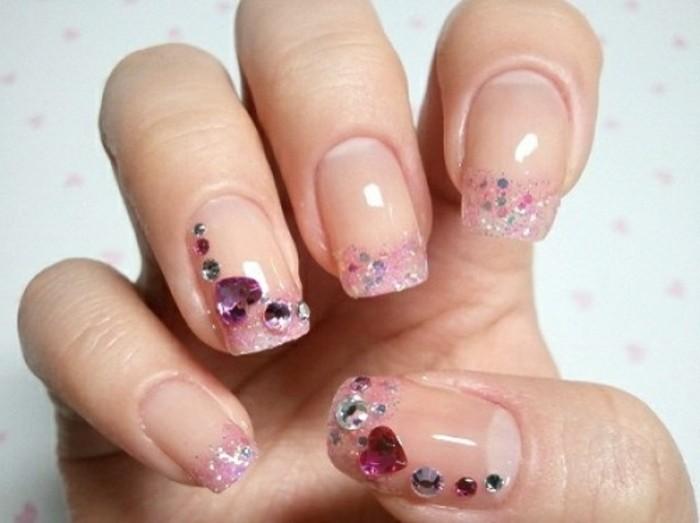 uñas francesas con puntas en rosado, bonita decoración con piedras decorativas en forma de corazón