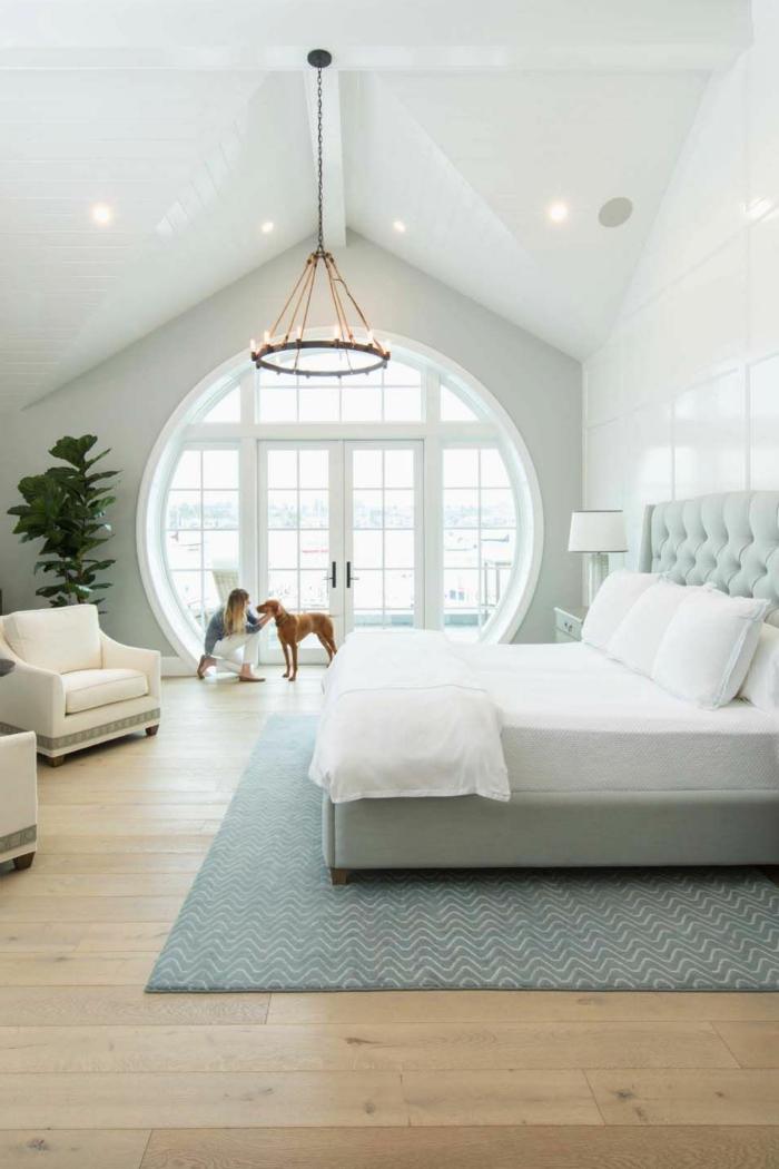 habitaciones modernas decoradas en colores claro, habitación con grandes ventanales en forma oval y techo inclinado