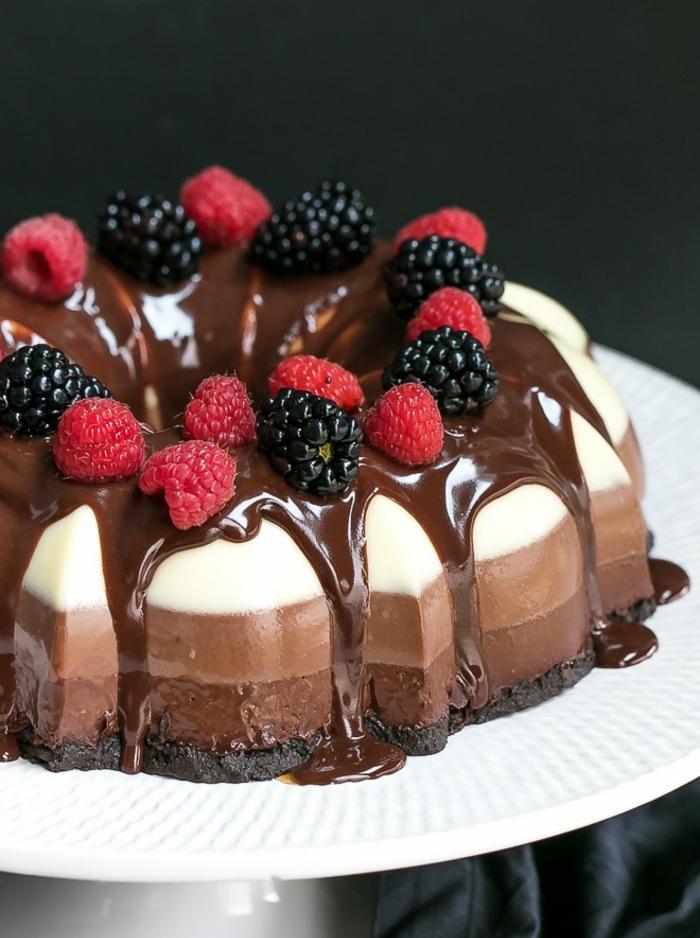 tarta mousse con chocolate negro, chocolate con leche y chocolate blanco adornada de frutas frescas, tartas de tres chocolates