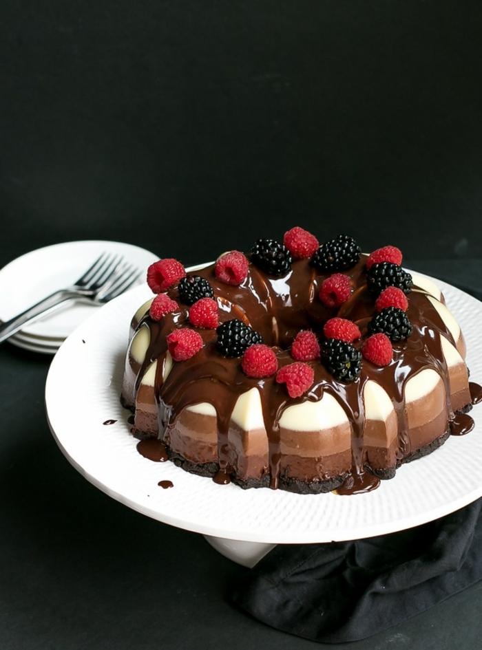 cómo hacer tartas de tres chocolates caseras, preciosa tarta mousse con tres chocolates y frutas