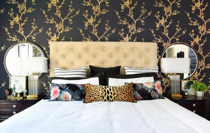 alucinantes ideas de decoraciones de dormitorios de matrimonio modernos, paredes con papel pintado color negro con elementos florales en dorado, cama con cabecero en capitone