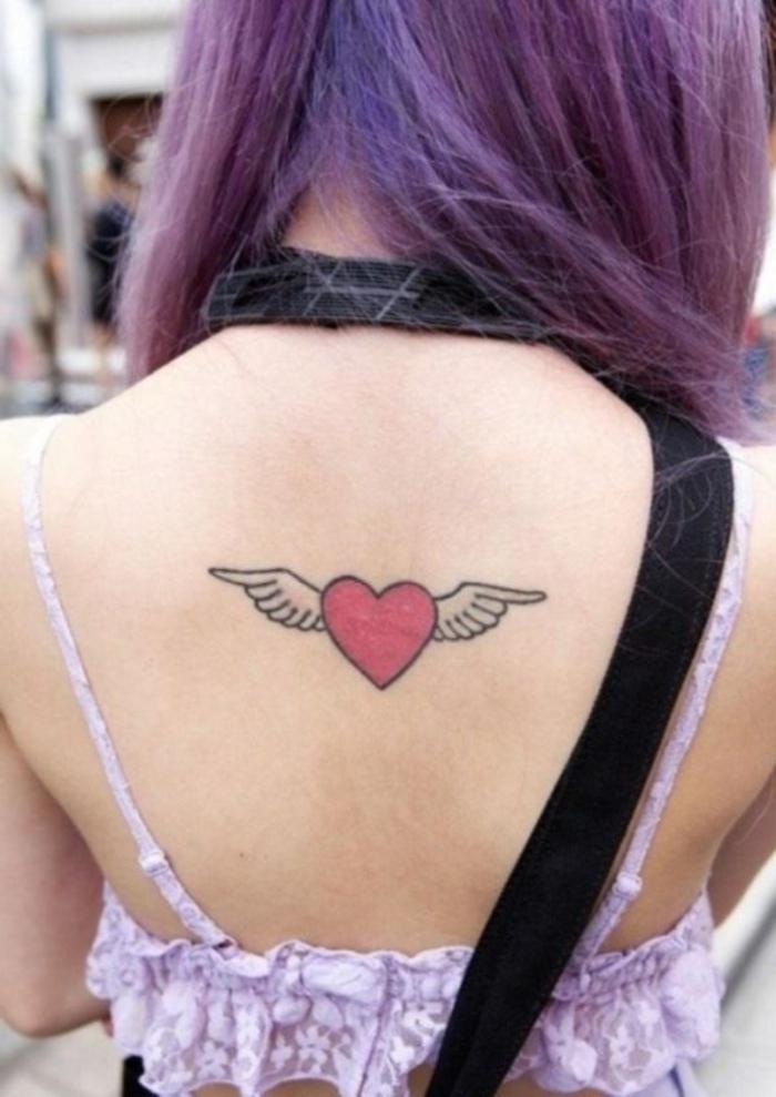 tatuajes pequeños mujer con corazones, significado de tatuaje corazón con alas, tattoo en la espalda