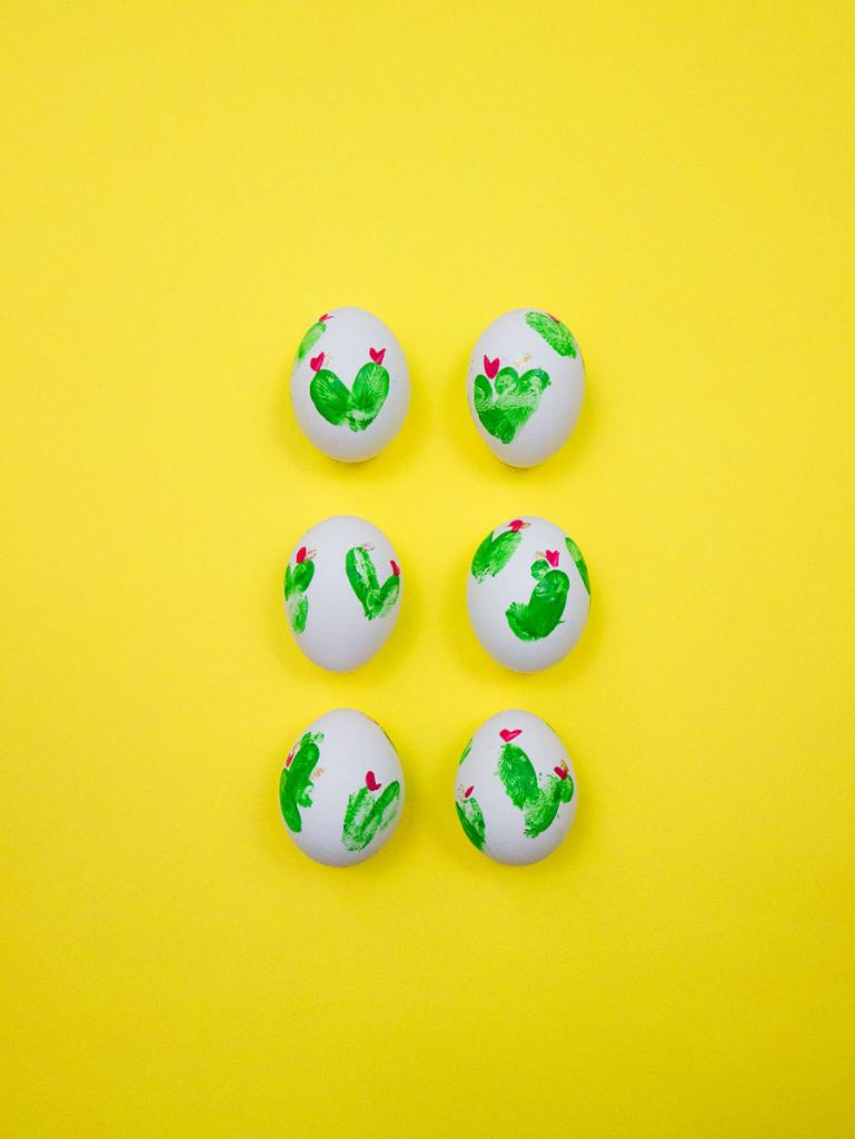 decoración colorida huevos pascua con huellas dactilares pintura, como decorar huevos de pascua
