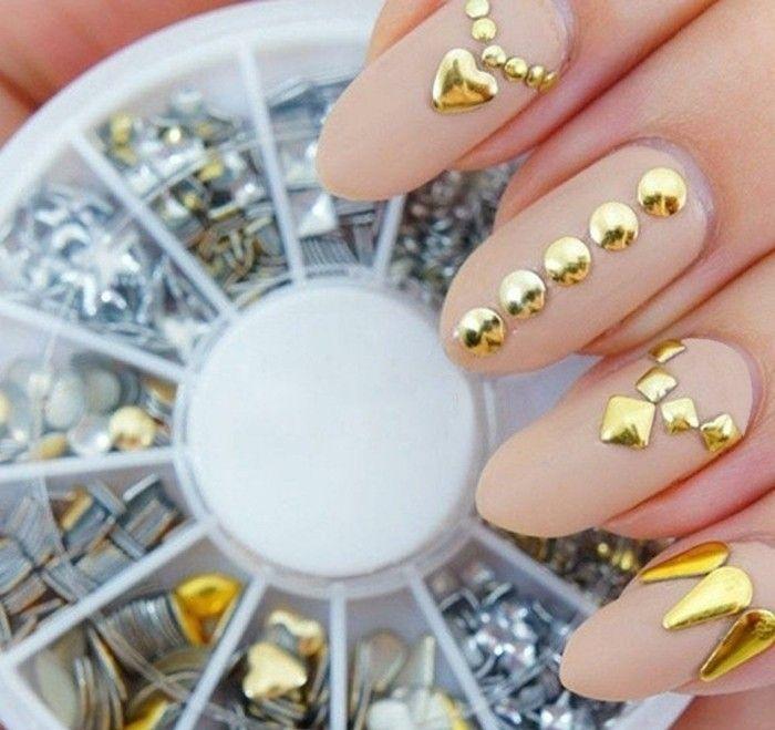 decoración de uñas en beige y dorado, diseños de uñas largas de forma almendrada, uñas decoradas con piedras