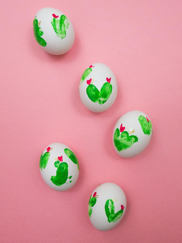 originales propuestas sobre como decorar huevos de pascua, huevos coloridos huellas pintura