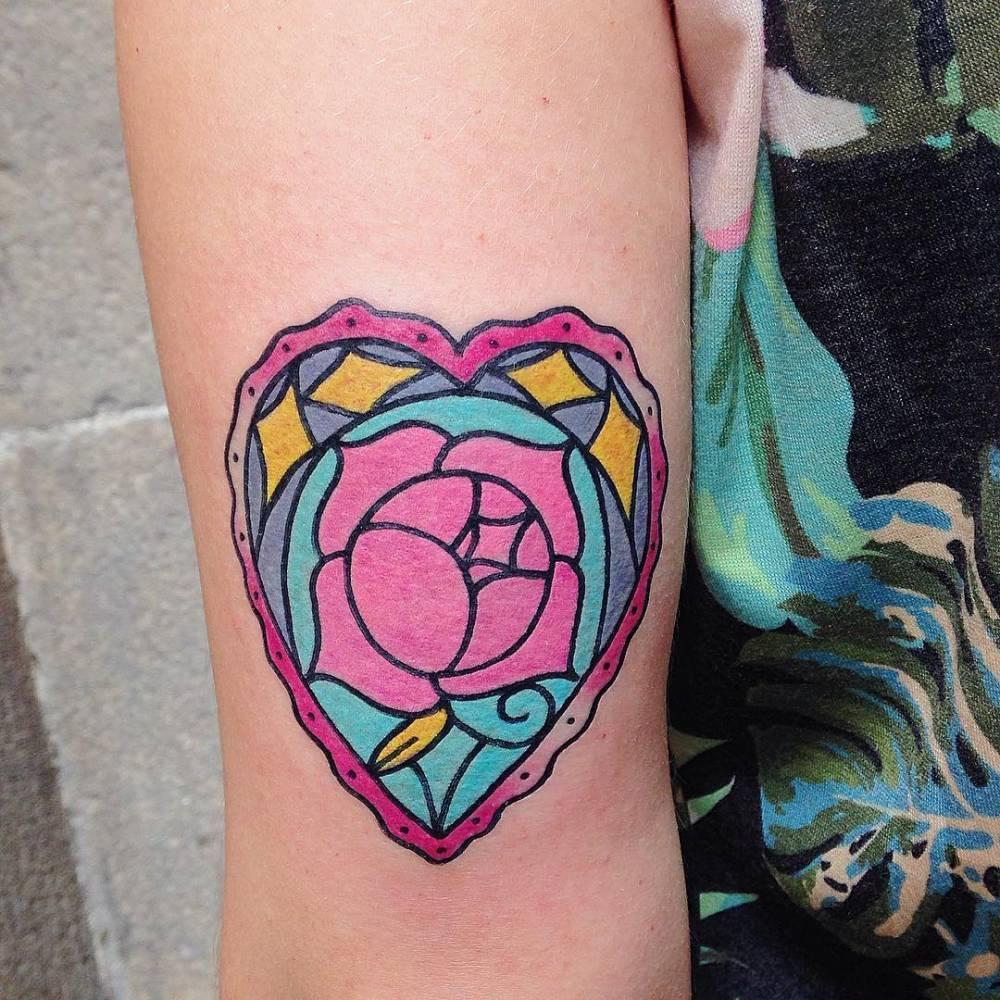 preciosos diseños de tatuajes de corazones, tatuaje en el brazo con flores, tatuajes corazón con rosa
