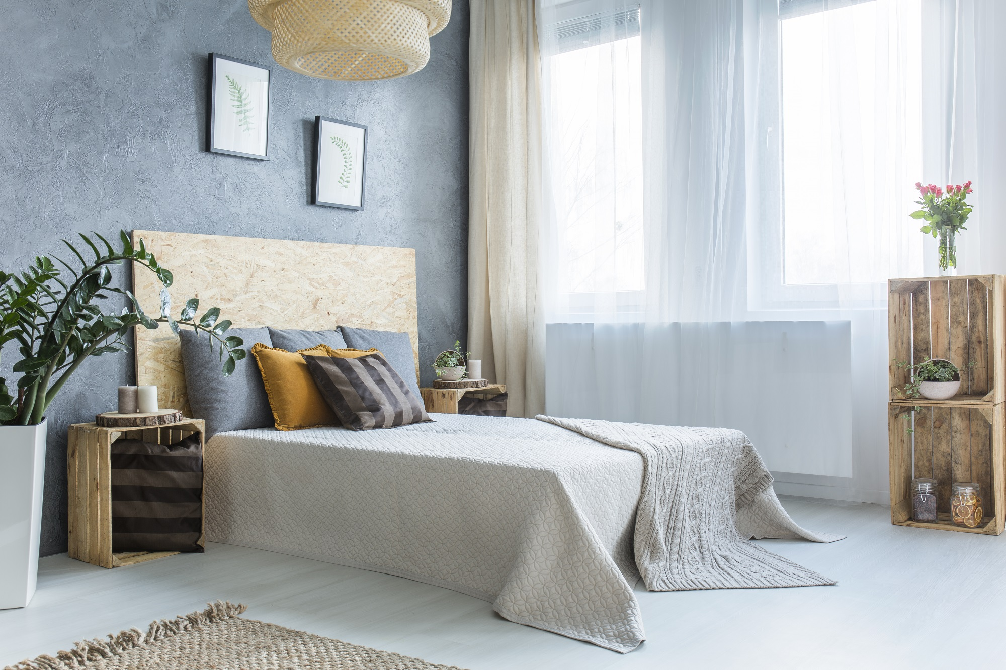 cómo decorar un dormitorio matrimonio en estilo bohemio, cortinas de diseño, paredes en gris y plantas verdes