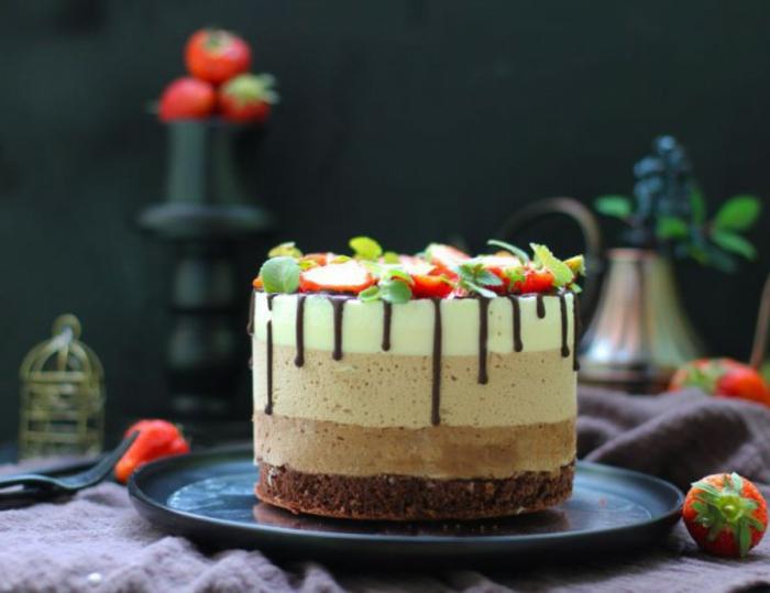preciosa tarta esponjosa de tectura mousse con cuatro chocolates, betún de chocolate negro y fresas
