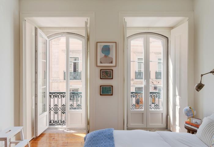 precioso dormitorio decorado en beige, suelo de parquet y cama doble, ideas de dormitorios matrimonio