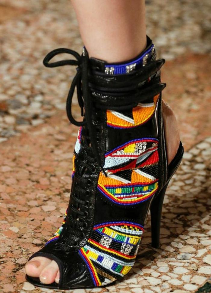 accesorios y ropa africana modernos, tacones altos con cuentas coloridas estampados africanos