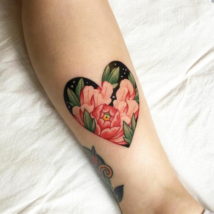precioso tatuaje colorido en el antebrazo, tatuaje corazón con peonías, tatuaje corazón con motivos florales