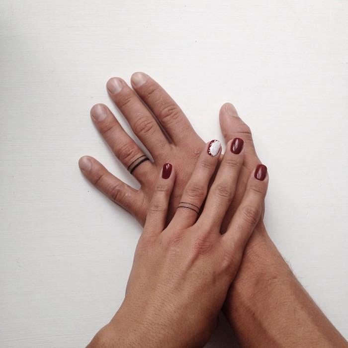 ideas únicas de tatuajes para parejas, tatuajes en los dedos en forma de anillo, propuestas originales en imagines