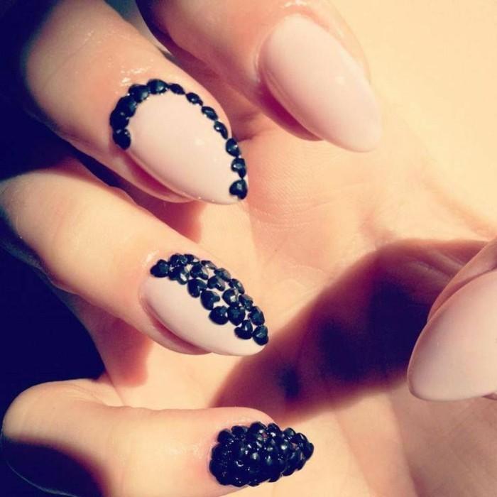 las mejores ejemplos de uñas decoradas con piedras, uñas almendradas pintadas en beige adoradas de piedras negras en forma de corazon