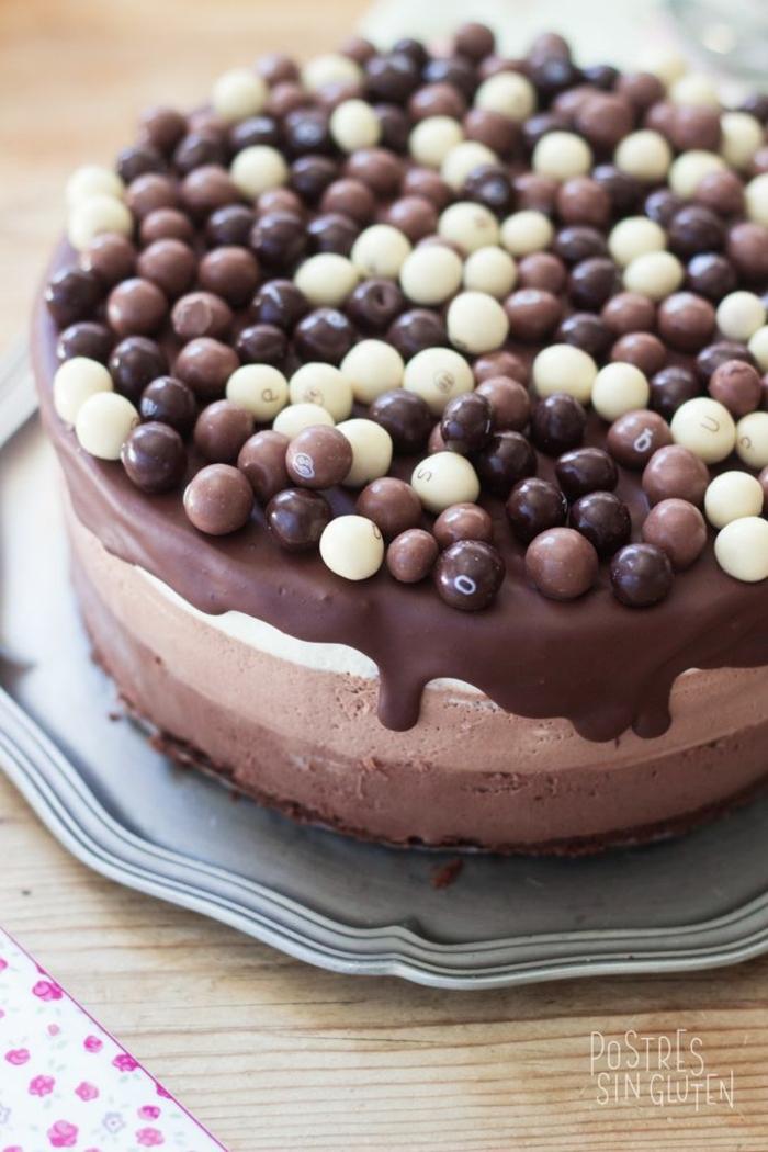 tartas caseras super ricas y fáciles de hacer, tarta 3 chocolates original con bombones chocolate negro, blanco, chocolate con lecho