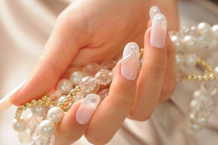 preciosas uñas con manicura francesa adornadas de perlas decorativas, uñas decoradas con piedras