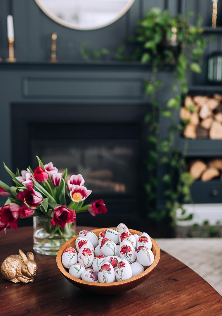 preciosas ideas de decoración casera para la primavera, como decorar huevos de pascua con motivos florales