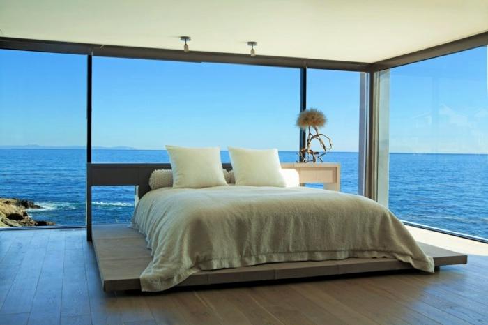preciosas fotos de dormitorios modernos, cama doble, bonita habitación con ventanales y vista al mar