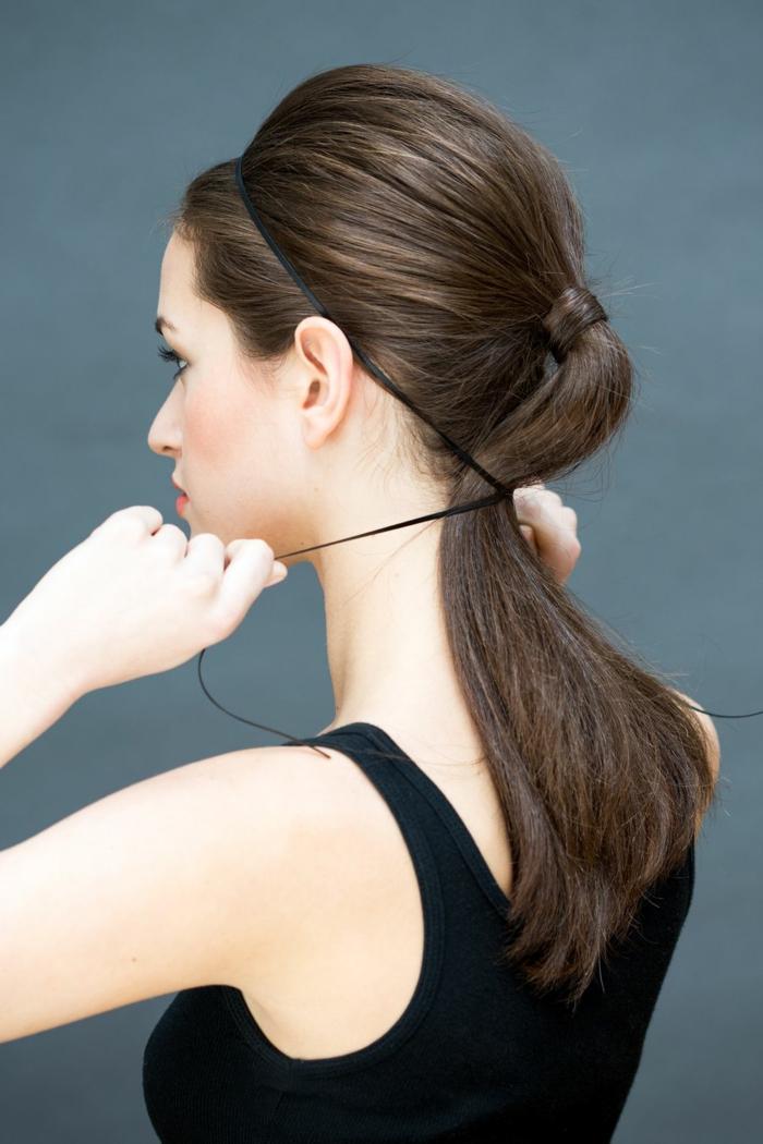 originales ideas de recogidos bajos paso a paso, cabello castaño claro recogido en una coleta alta