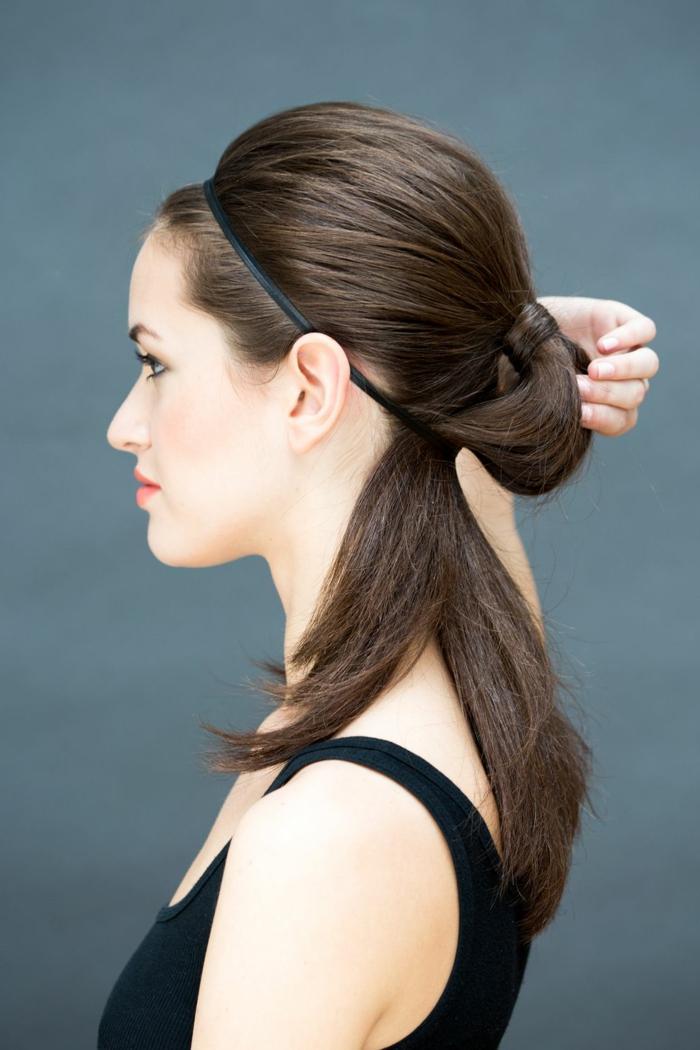 las propuestas más originales de recogidos bajos, cabello liso color castaño recogido en una coleta