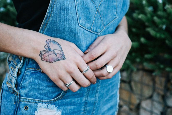 tatuaje corazon geométrico en la mano, diseños de tatuajes para hombres y mujeres con fuerte significado