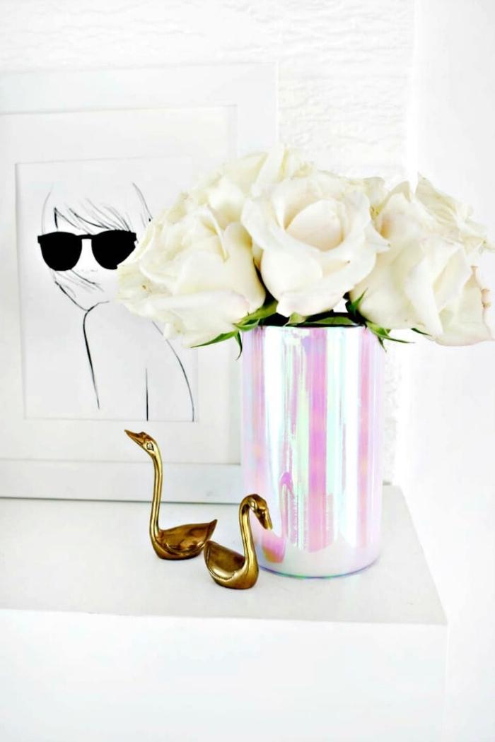preciosas ideas de decoracion centro de mesa con flores, florero DIY en rosado y blanco con rosas blancas
