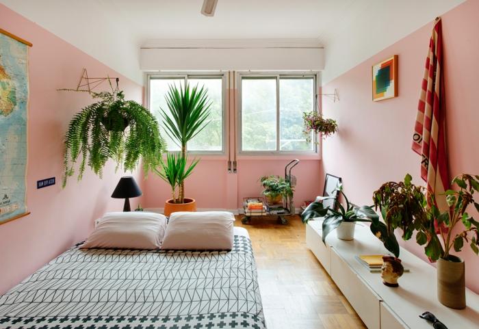 habitación moderna con paredes en rosado y muchas plantas verdes, dormitorios modernos fotos