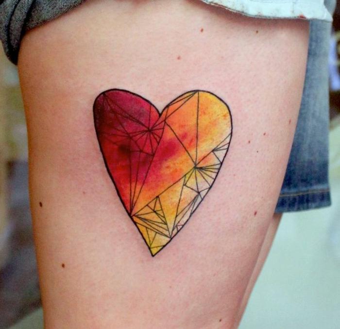 tatuaje geométrico corazón en amarillo y rojo, ideas de tatuajes para hacerse en pareja