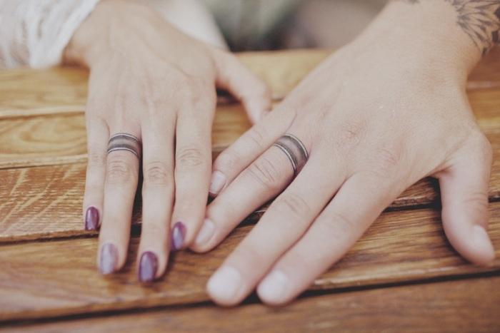 alucinantes ideas de tatuajes para parejas, tatuajes anillo para hombre y mujer, ideas de tatuajes en los dedos