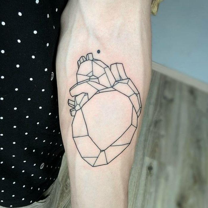 diseño geométrico de corazón anatómico, tatuaje corazon en el antebrazo, los mejores diseños de tattoos simbolicos