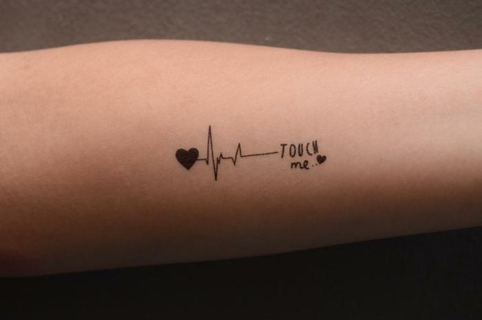 originales ideas de corazon tattoo, tatuaje minimalista en el antebrazo, diseños de tatuajes originales