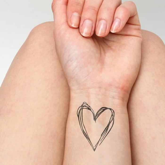 corazon tattoo en el antebrazo, originales diseños de tatuajes simbólicos con corazones