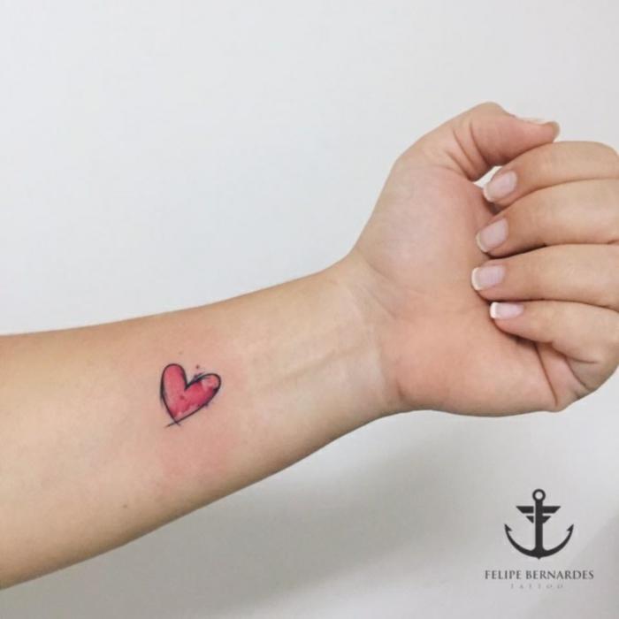 tatuajes para hacerse en pareja originales, pequeño tatuajes de corazón rojo tatuado en el antebrazo