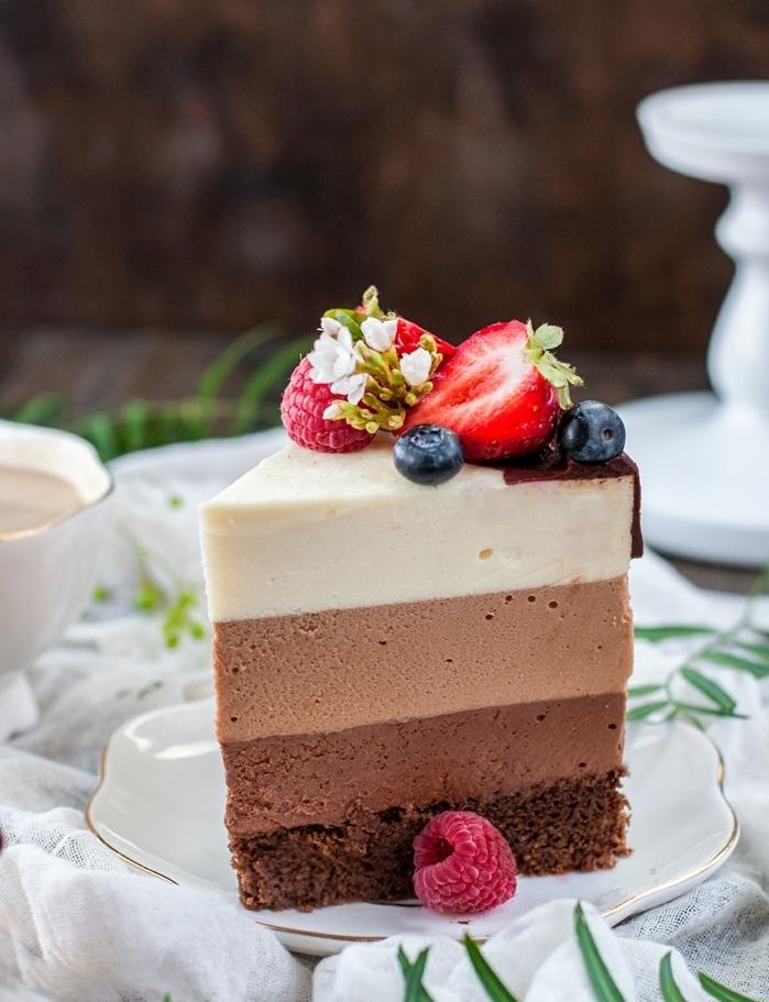 tarta 3 chocolates super rica con chocolate negro, dulce de leche y chocolate blanco y frutas frescas