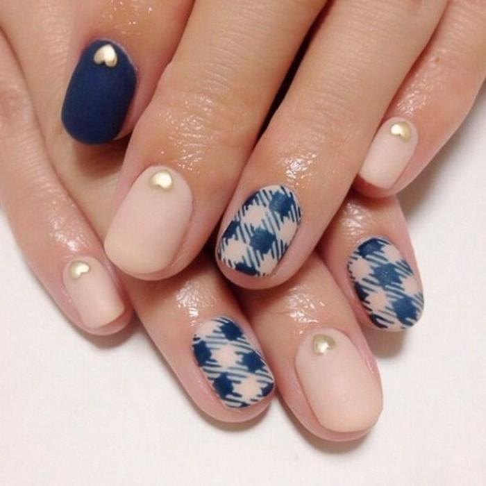 diseño de uñas con mucho estilo en beige y azul con cristales en forma de corazón, imagines de uñas decoradas