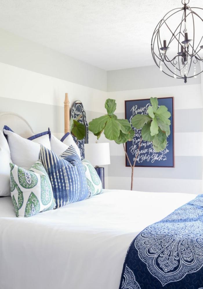 ideas de decoracion dormitorios modernos, paredes blancas y detalles decorativos en verde y azul