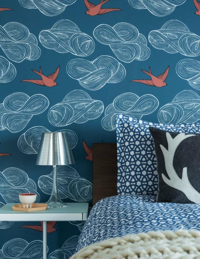 decoración de dormitorios modernos, paredes con papel pintado en color azul con pájaros