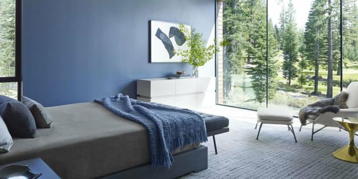 decoración de dormitorios modernos, paredes en color azul, habitación con grandes ventanales y vista