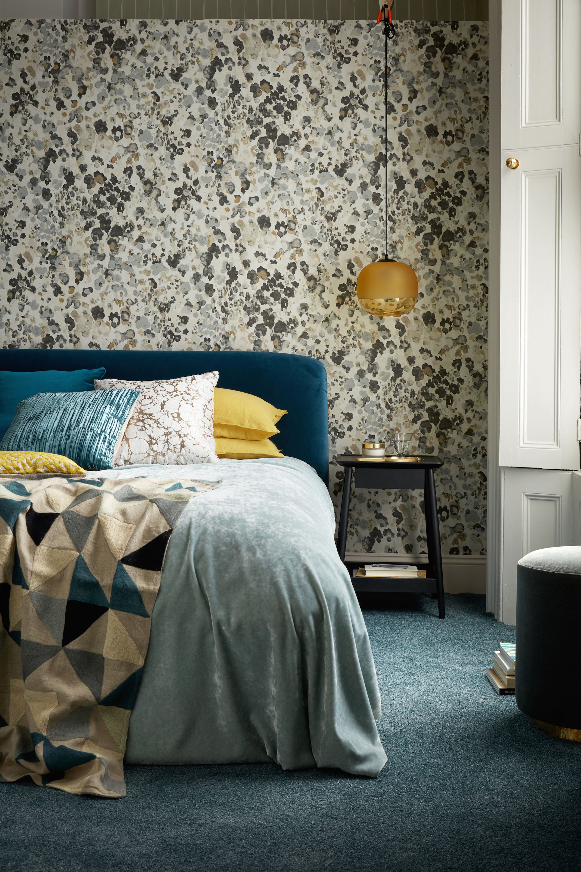 dormitorios de matrimonio modernos en colores bonitos, habitacion doble con cama, paredes papel pintado, suelo de moqueta