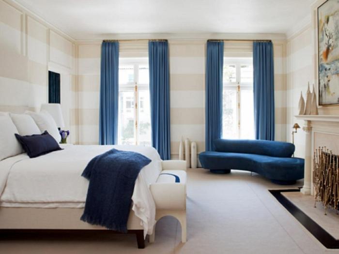 decoración dormitorio matrimonio con en blanco y beige con muebles y cortinas en azul