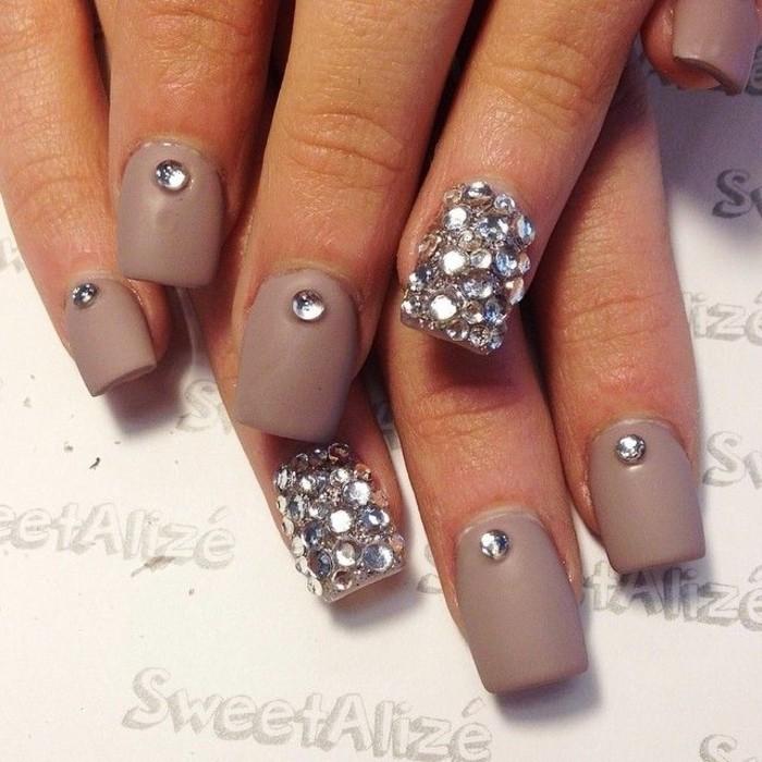 imagines de uñas decoradas con piedras y cristales, uñas largas de forma cuadrada pintadas en beige
