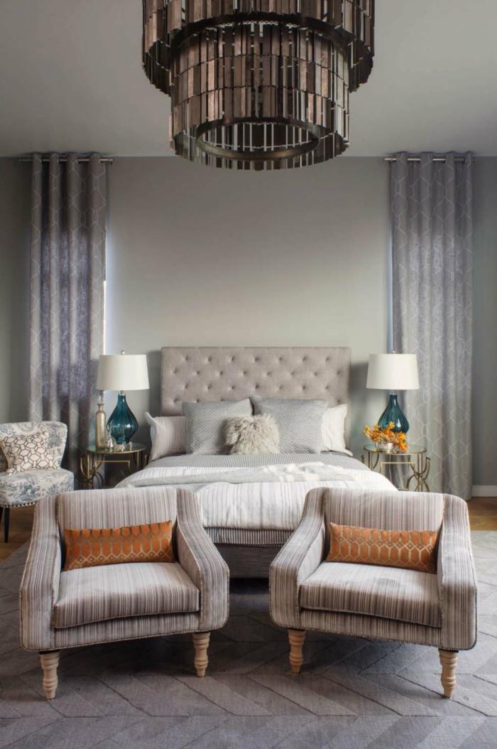 ideas de dormitorios modernos decorados en beige y gris, habitación doble con dos sillones en estilo vintage