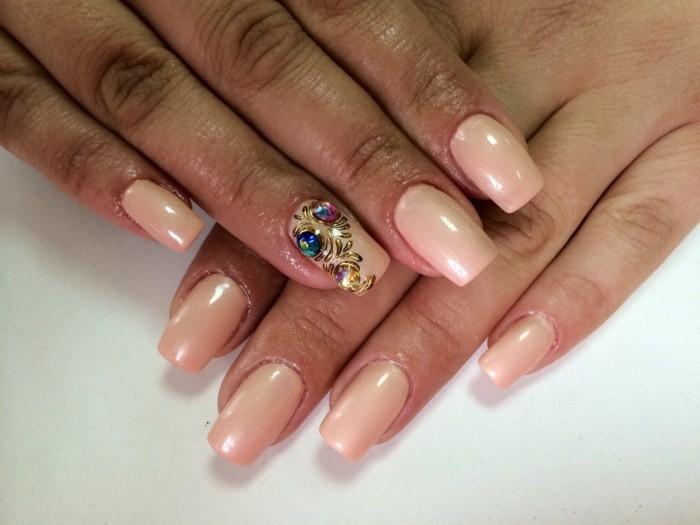 preciosas imagines de uñas decoradas, uñas largas con puntas cuadradas pintadas en beige claro, decoración de piedras