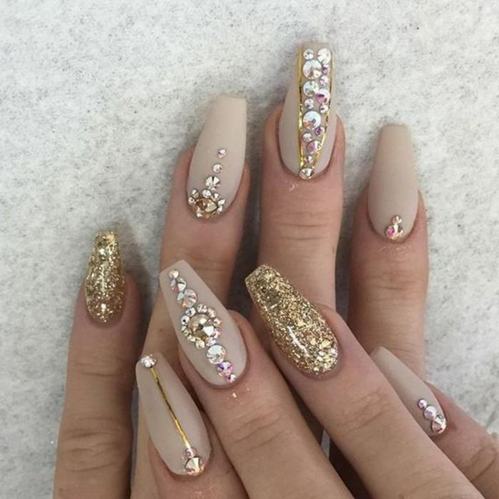 uñas muy largas en forma de bailerina pintadas en beige con decoración de dorado, imagines de uñas decoradas