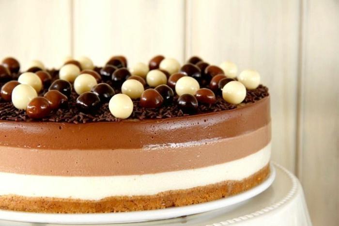 las mejores ideas de receta tarta tres chocolates, tarta a los tres chocolates adornada de bombones