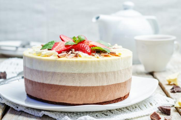 esponjosa tarta tarta 3 chocolates, tarta de tres capas de mousse con base de galletas adornada de frutas y nueces