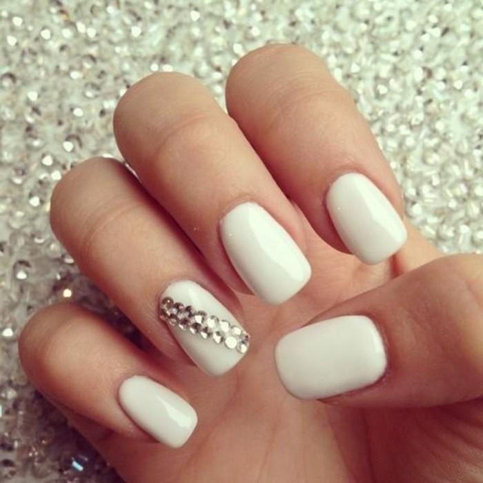 imagines de uñas decoradas con piedras, diseño de uñas elegante con decoración diagonal de piedras brillantes