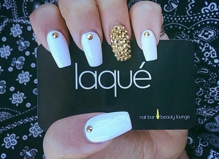 mñas de 100 imagines de uñas decoradas, uñas largas en forma stilettoo pintadas en blanco decoradas con piedras en dorado